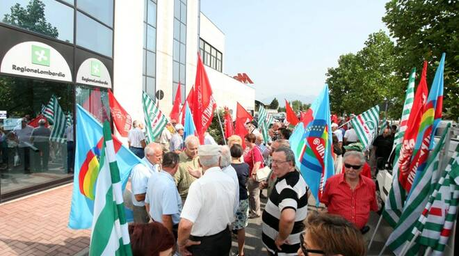 Manifestazione sindacati dei pensionati a Brescia
