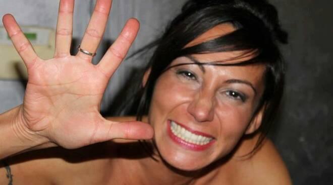 Laura Maggi sorride davanti alla macchina