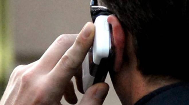 cellulare orecchio