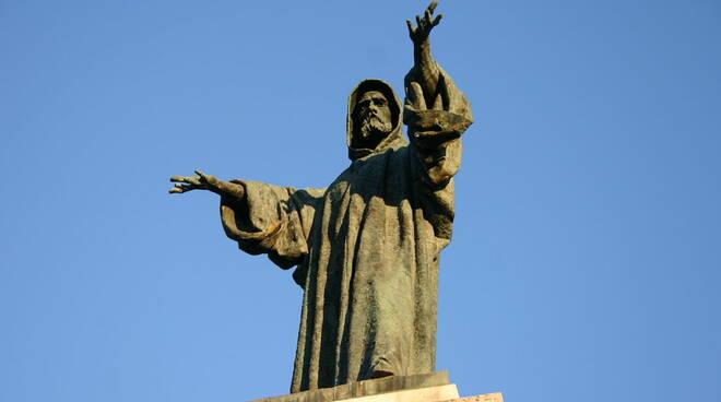 1280px-Monumento_ad_Arnaldo_da_Brescia0