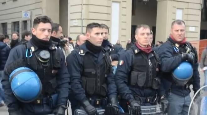 poliziotti senza casco torino