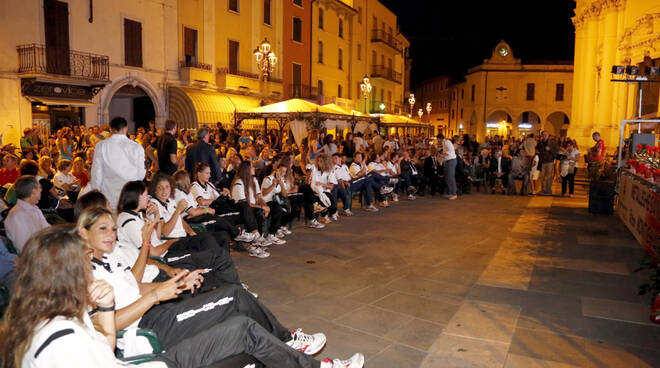 presentazione 04 la squadra nella gremitissima piazza santa maria di montichiari