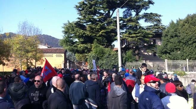 Tensione corteo anti-Renzi9