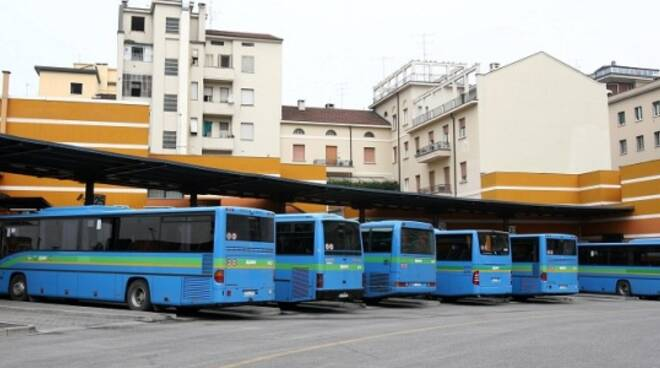 Autostazione pulman di linea autobus corriere