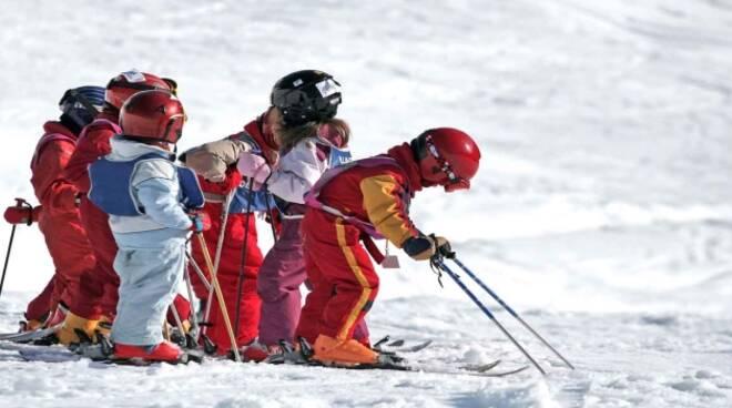 bambini-inverno-parco-sci