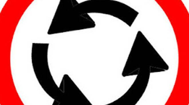 brescia-camion-perde-carico-rotonda