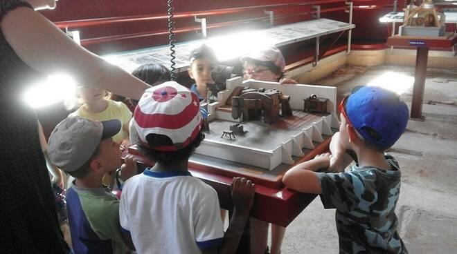 Bambini in visita al musil - Museo del Ferro