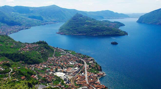 montisola-turisti-traghetti