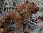 Leoncino-vernice-studenti-bresciano