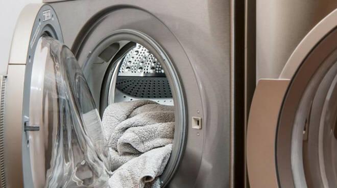 desenzano-lancia-lavatrice-finestra