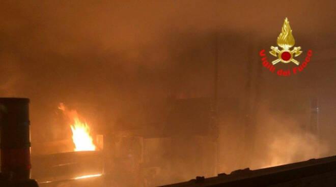 ome-incendio-fabbrica-vigili-fuoco