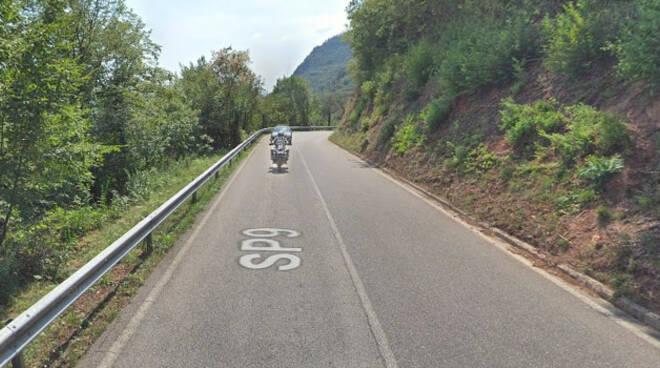 Gargnano-ciclista-cade