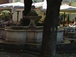 pulisce-fontana-piazza-vescovato-multa