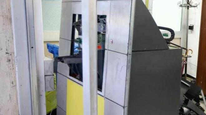brescia auto rubata ariete blitz ufficio postale