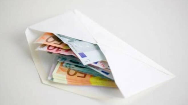 castrezzato trova busta 1000 euro restituisce