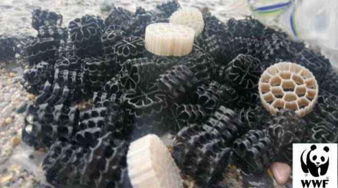 desenzano spiagge invase pezzi plastica