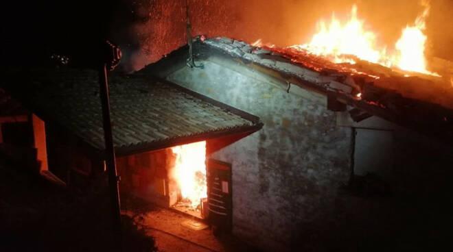 bovegno incendio distrugge casa azienda agricola giovani