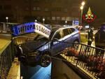 Darfo auto fuori strada sottopassaggio