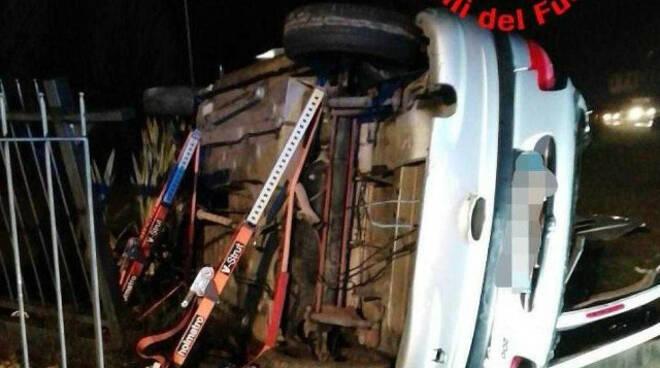 Erbusco auto fuori strada si ribalta alba Due feriti gravi