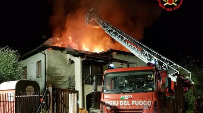 sale marasino brucia tetto casa vigili fuoco