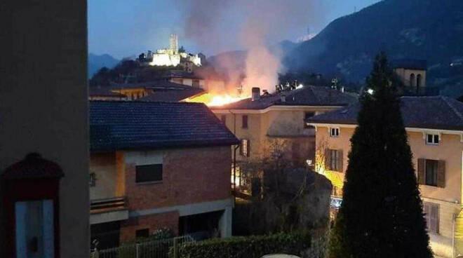 Breno incendio tetto villa storica Opere salvo