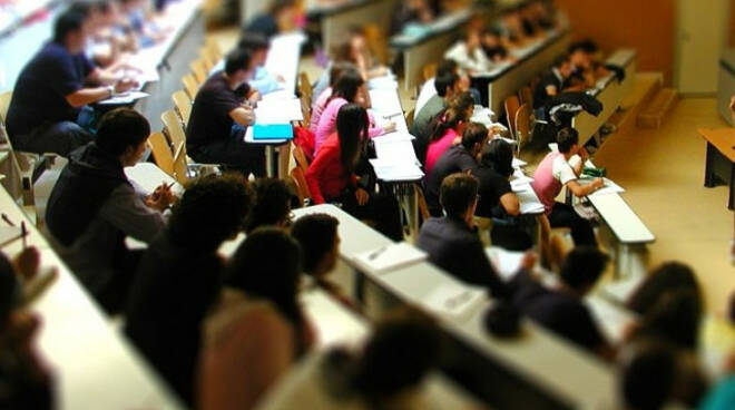 Economia troppi studenti pochi spazi Lezioni sospese