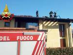 Esine incendio tetto villetta famiglia sfollata