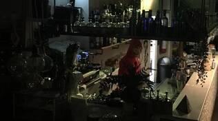ladro mascherato al Cyrcle Cafe
