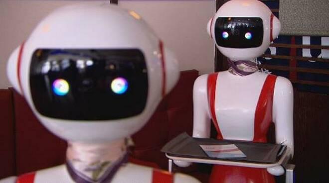 Orzinuovi cameriera robot serve tavoli ristorante