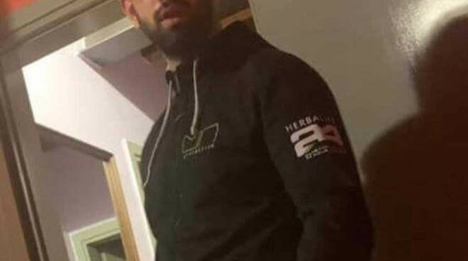 Rogno bresciano fugge carabinieri schianta: morto