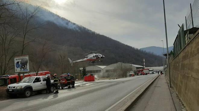 Sarezzo fiamme monte Palosso traffico tilt