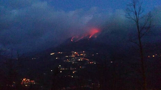 Valsabbia due incendi boschivi Operatori al lavoro per spegnerli