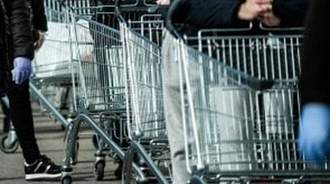 Coronavirus supermercati chiudono prima e domenica