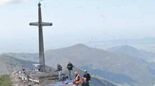 Punta Almana croce acciaio e una baita nel mirino dei vandali