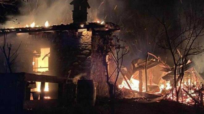 Adro incendio a Pasqua distrugge baita e un deposito