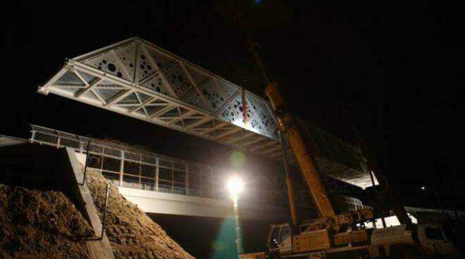 Brescia installato il ponte pedonale in via Flero sull A4
