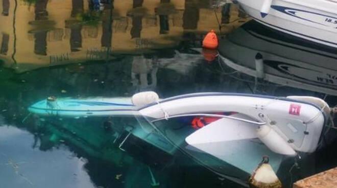Limone motoscafo si ribalta nel porto arriva la Guardia Costiera