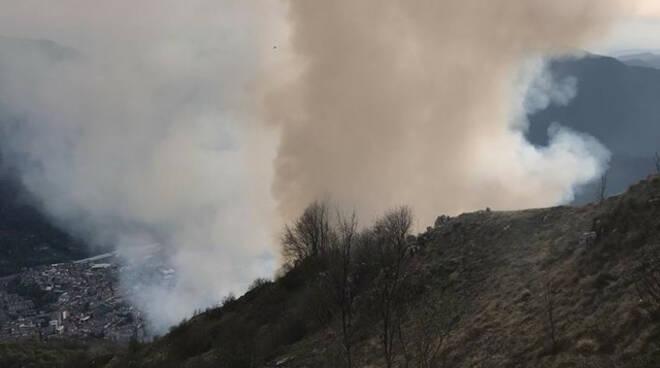Lumezzane incendio sul monte Ladino spento di notte
