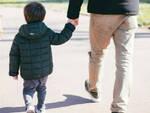 Virus un genitore può passeggiare coi figli vicino a casa
