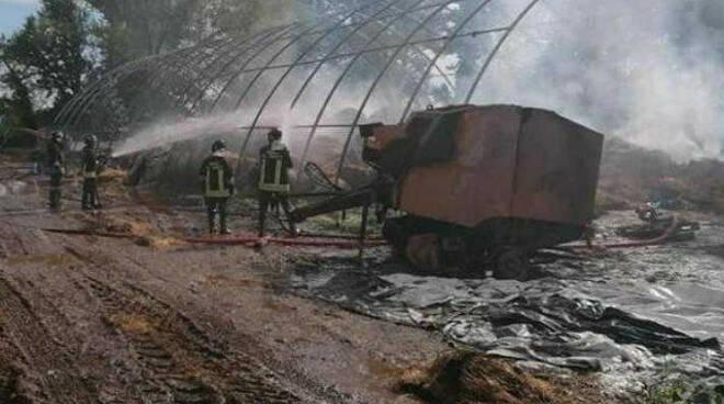 Castenedolo capannone agricolo distrutto da un fulmine