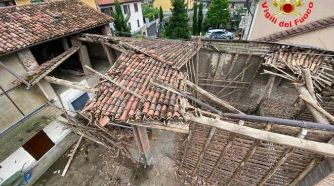 Comezzano Cizzago crolla parte di una cascina in centro