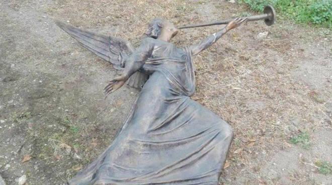 Sarezzo ladri vandali contro gli angeli di bronzo al cimitero
