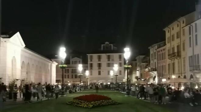 Troppa gente in piazza Arnaldo verso chiusura serale nel weekend