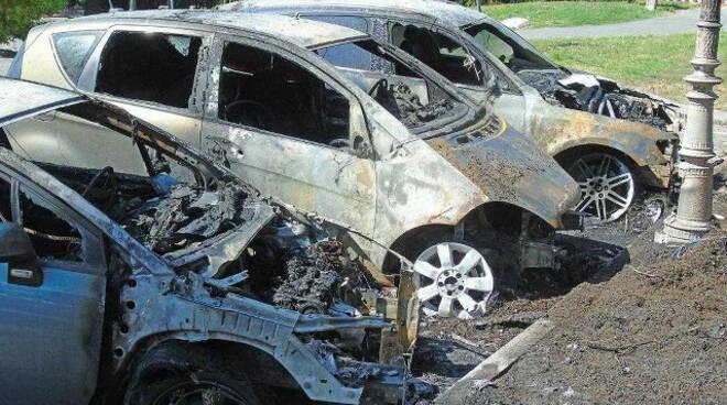 Gardone Riviera dieci auto in fiamme Ipotesi di un atto doloso