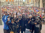 George Floyd piazza Vittoria in ginocchio contro il razzismo