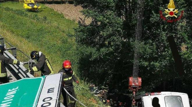 Sirmione furgone fuori strada in A4 un morto e un ferito