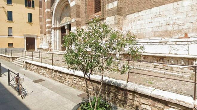 Brescia stende i suoi vestiti alla chiesa del Carmine denunciato
