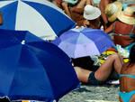 Folla e senza mascherine sulle spiagge di Iseo Desenzano e Sirmione
