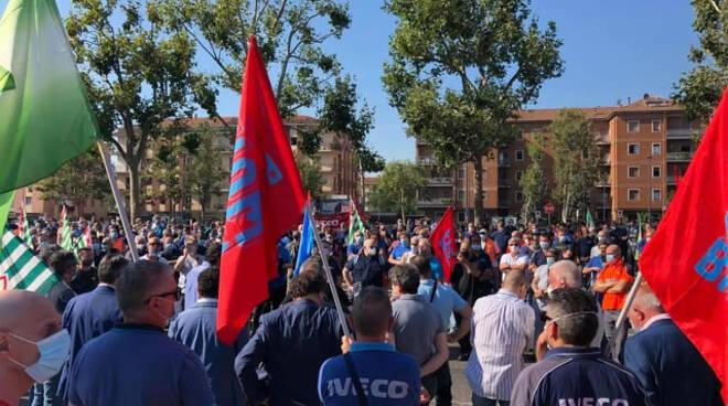 Iveco lavoratori in sciopero occupano via Volturno a Brescia