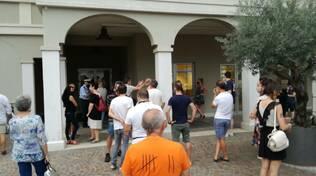 montirone cittadini fuori dal palazzo comunale